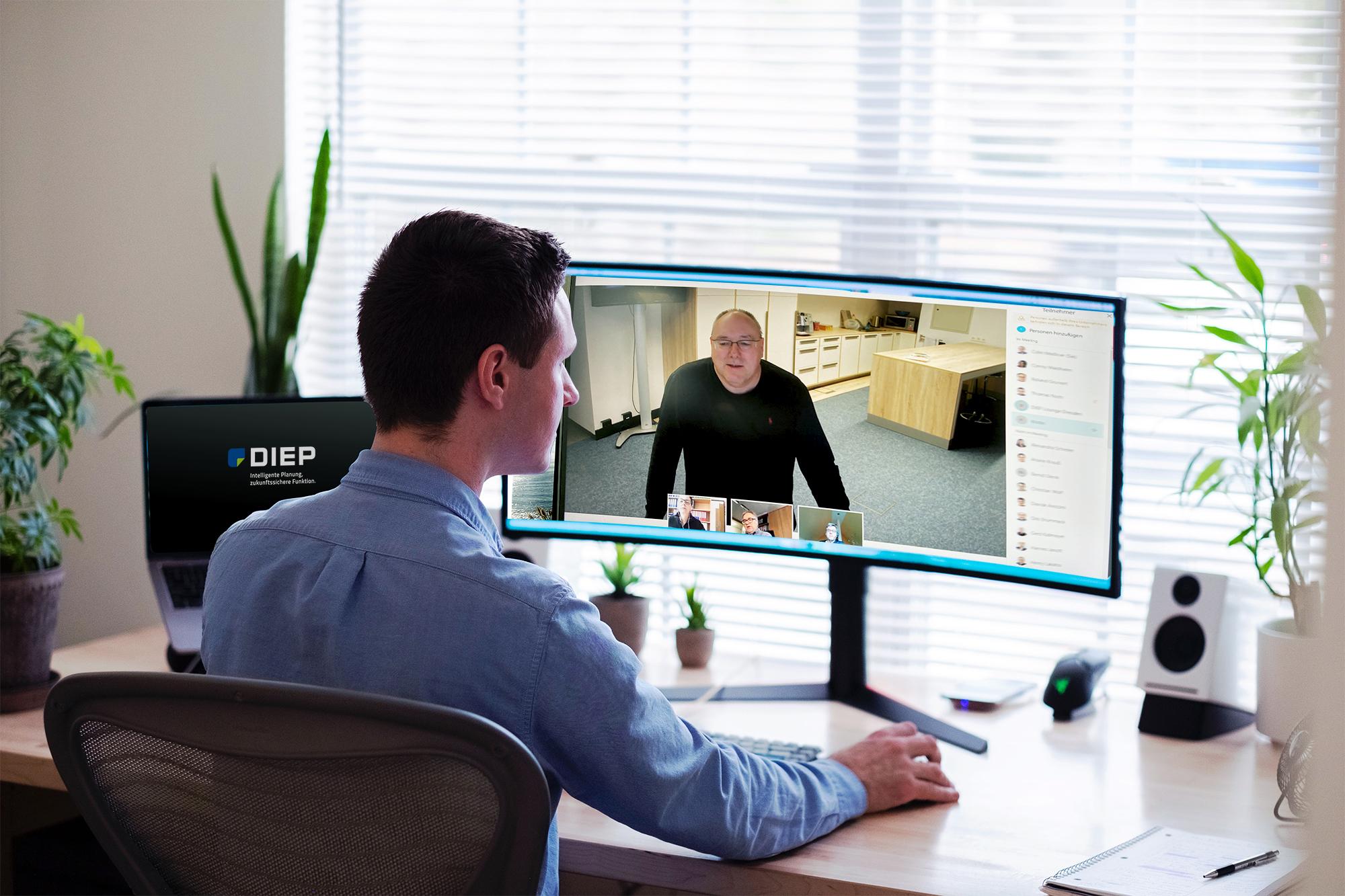 Mann sitzt am Rechner und nimmt an einer Telko teil
